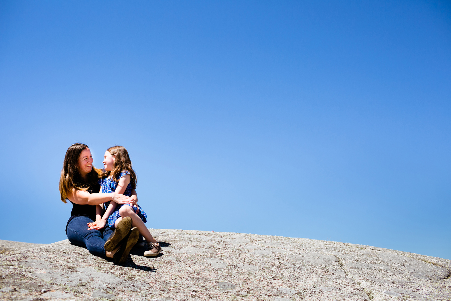 002-peggys-cove-mother-daughter-portraits-kandisebrown